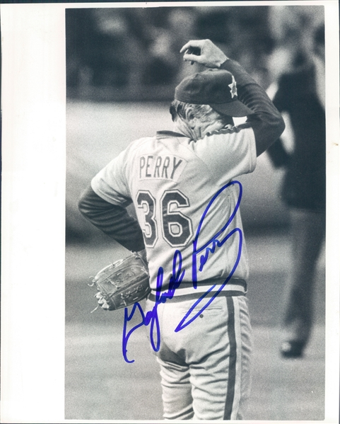 "1982-1983 Gaylord Perry Seattle Mariners Autographed Black and White 8""x10"" Photo (JSA)"
